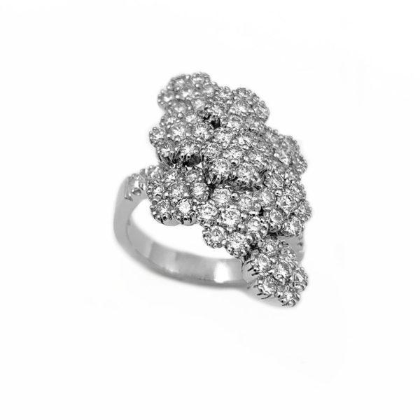 Anello in oro bianco con diamanti a pavè